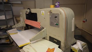 Polar 115 CE with electronic indicator , main and side air table , good condition available immediately  Guillotines/Cutters